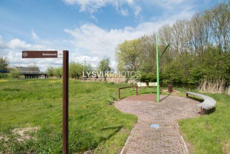 Informatiebord en wegwijzer met zitbanken bij brug over het riviertje de Alblas, Oud-Alblas, gemeente Molenwaard