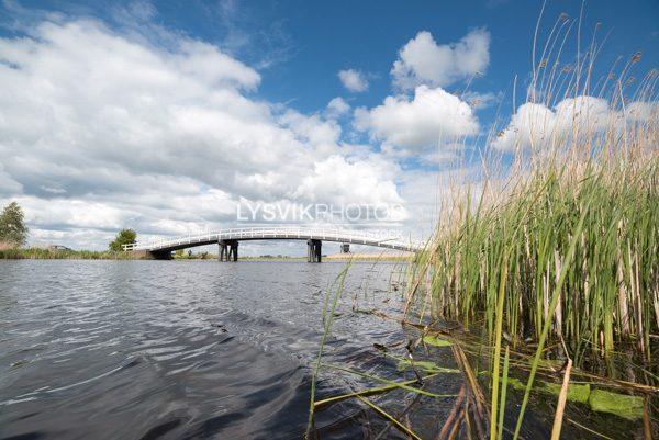 Houten brug over het riviertje de Groote of Achterwaterschap in de polders bij Streefkerk in de Molenwaard