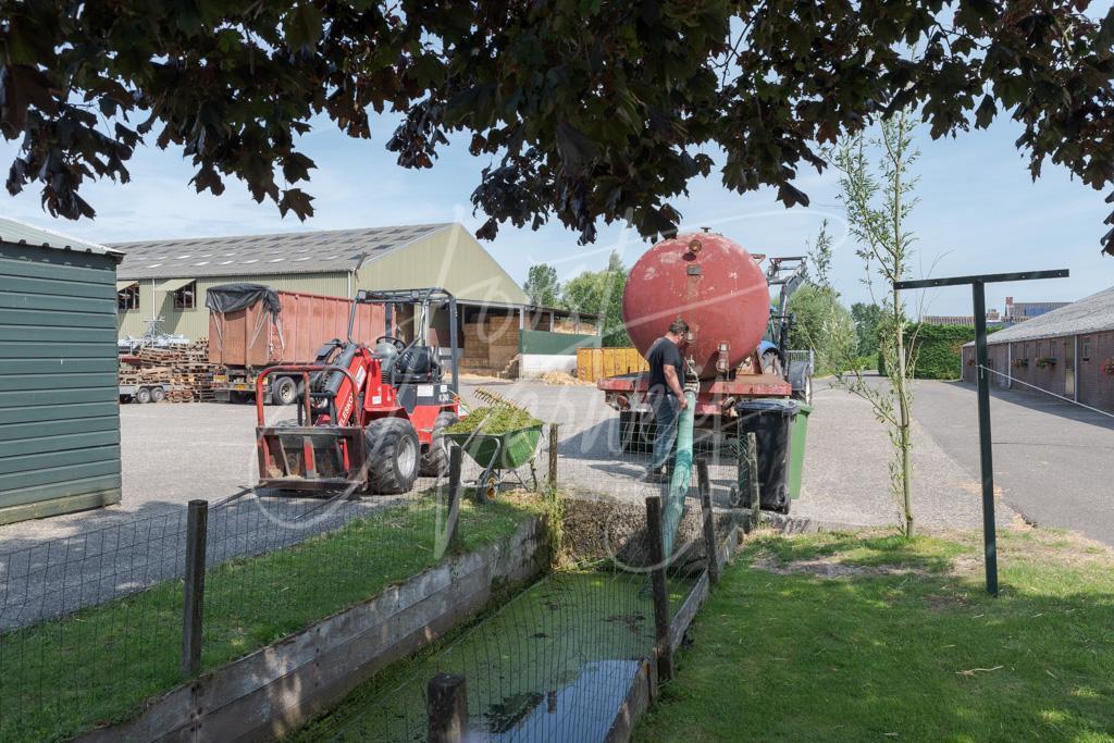 Watertank op boerenerf in buurtschap De Kooi D8101948