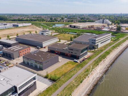 Luchtfoto bedrijfsgebouwen polder Nieuwland