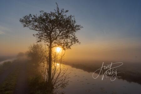 Zonsopkomst met mist in polderlandschap