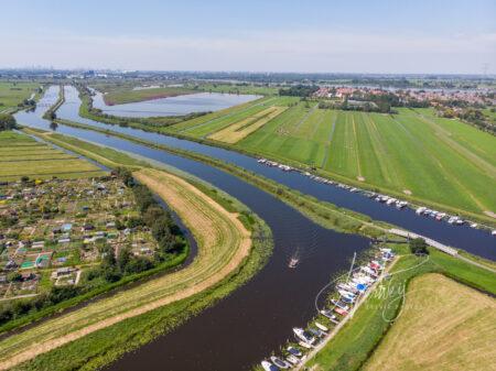 Luchtfoto kanaal de Nieuwe Waterschap met afgemeerde pleziervaartuigen