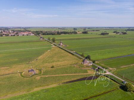 Luchtfoto met 4 molens in polder Streefkerk