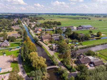 Luchtfoto bruggetje over veenriviertje de Graafstroom