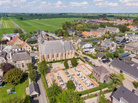 Luchtfoto kerk Molenaarsgraaf