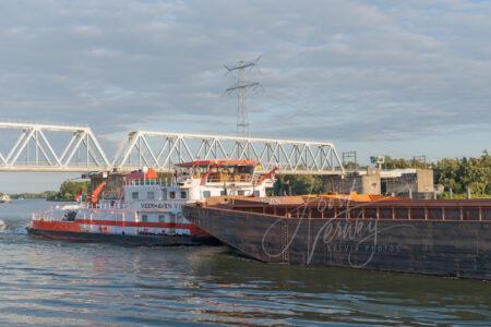 Duwboot Veerhaven VIII onder spoorbrug Sliedrecht