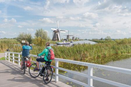 Toeristen bij de molens van de Kinderdijk