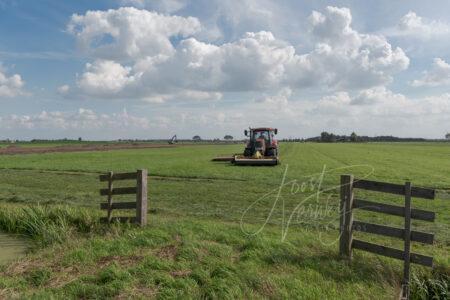 Poldergezicht met landbouwmachine
