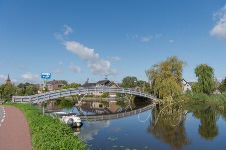 Loopbrug over riviertje de Graafstroom