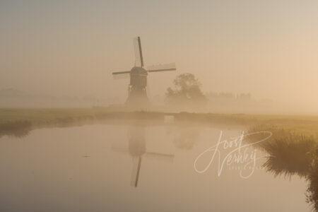 Oude Weteringmolen in mistige zonsopkomst