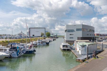 Jachthaven met Cultureel Centrum Landvast Alblasserdam