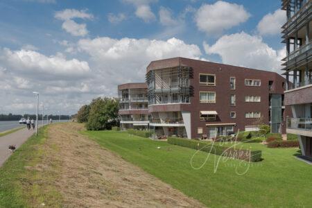 Appartementen Rivierstaete langs rivier de Noord