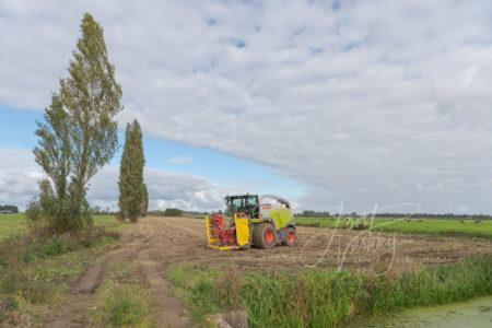 Landbouwmachine op akker