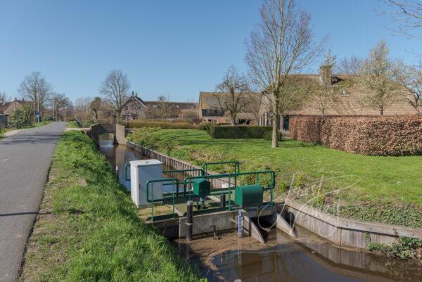 Sluis in sloot langs Broekseweg