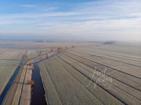 Luchtfoto bevroren polderlandschap