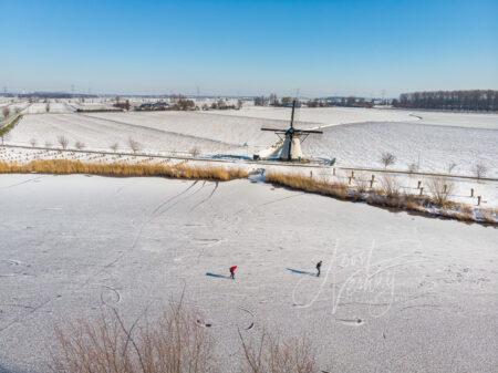 Luchtfoto schaatsen op natuurijs bij de Souburgsche molen