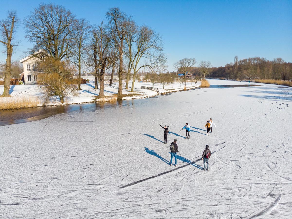 Luchtfoto schaatsplezier op natuurijs