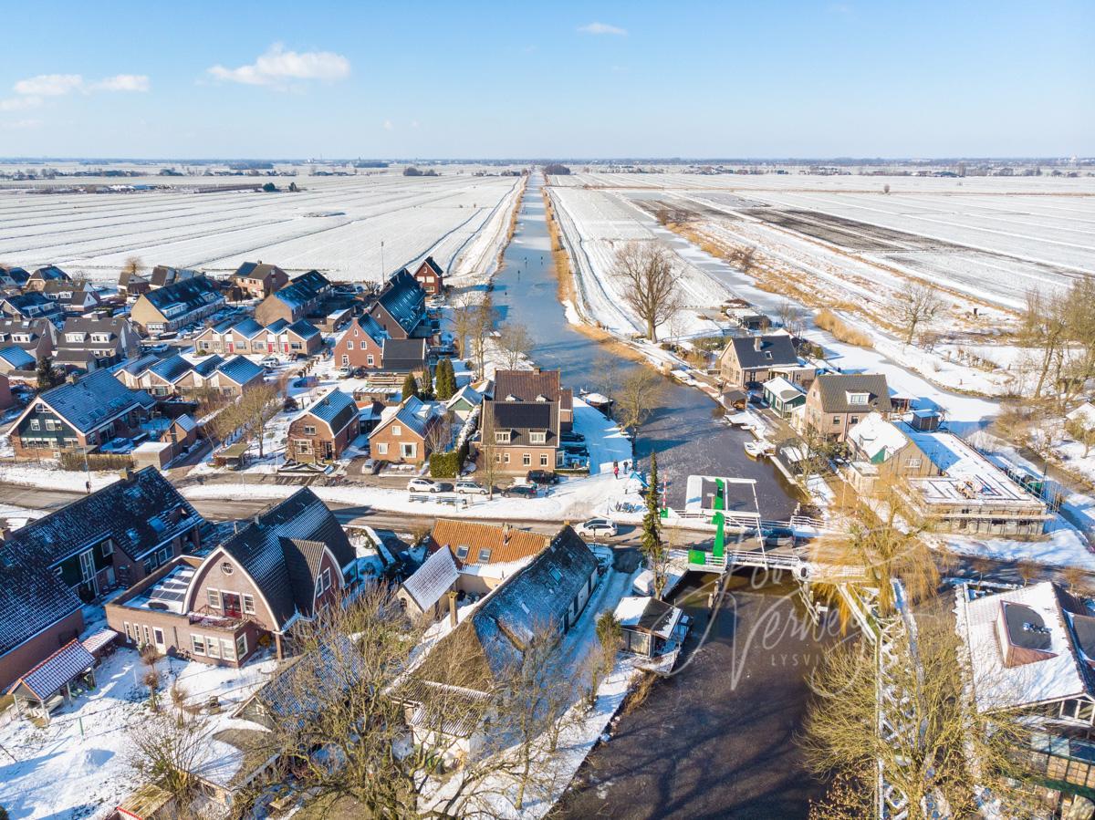 Luchtfoto brug bij Ottoland in winter landschap