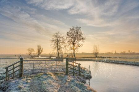 Zonsopkomst in winters polderlandschap