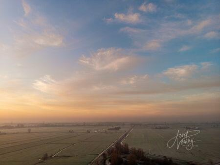 Luchtfoto zonsopkomst polder Alblasserwaard