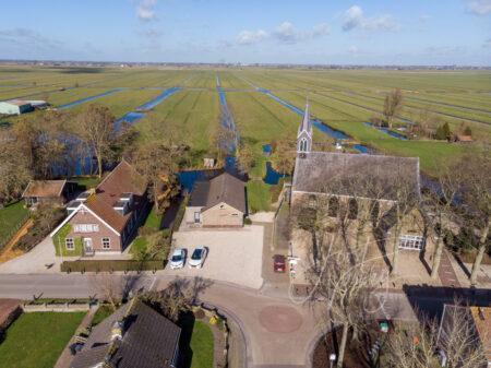 Luchtfoto kerk Hervormde Gemeente in Brandwijk