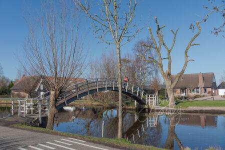 Wandelaars op bruggetje over de Graafstroom